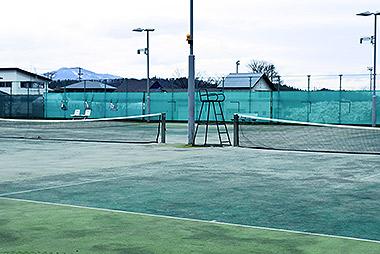 金谷運動広場のテニスコート 夜間照明完備